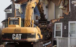 събаряне-на-стара-къща